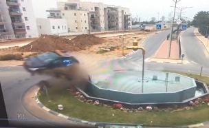 צפו: נהג מתנגש במעגל תנועה ועף באוויר (צילום: מתוך עמוד הפייסבוק של עמותת אור ירוק)