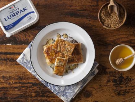 מעטפות פילו עם גבינה ודבש - עם ממרח חמאה