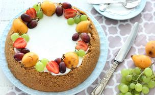 עוגת גבינת שמנת אפויה בעיטור פירות העונה (צילום: ענבל לביא, אוכל טוב)