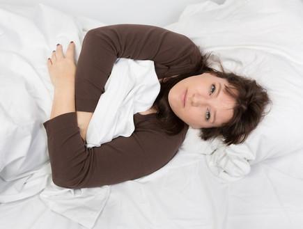 אישה ערה במיטה