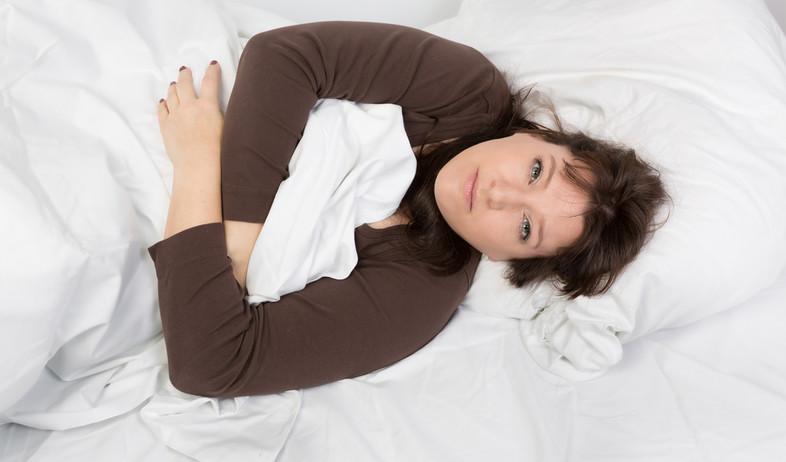 אישה ערה במיטה (צילום: shutterstock)