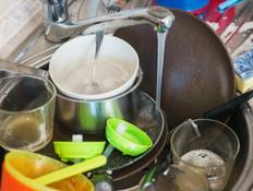 כיור מלא כלים מלוכלכים (צילום: Evgeny Starkov, שאטרסטוק)