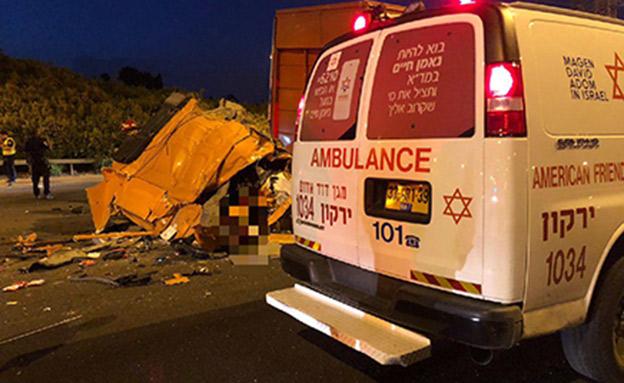 """הרוג בתאונה בין 2 משאיות באיילון (צילום: יששכר ויס תיעוד מבצעי מד""""א)"""