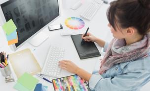 גרפיקאית עובדת עם פלטת צבעים מול מחשב (צילום: ESB Professional, shutterstock)