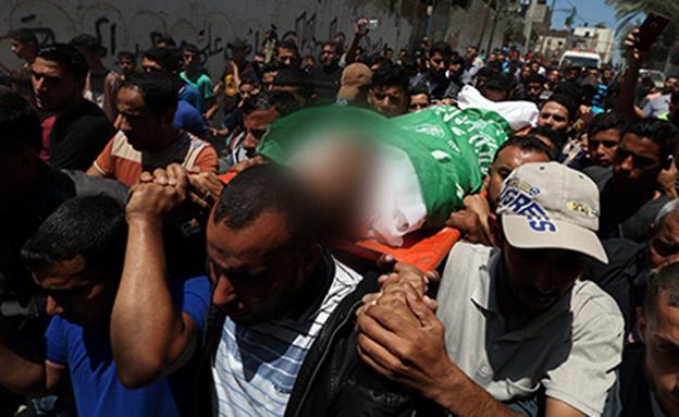 הלוויה של אחד ההרוגים בעזה (צילום: רויטרס)