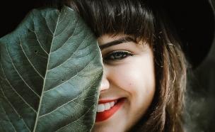 אישה מחייכת  (צילום: allef vinicius on unsplash)