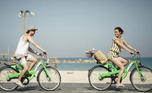 רוכבים על אופניים ברכבי העיר תל אביב  (צילום: עידו בירן)