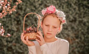 ילדה מבואסת בשבועות  (צילום: By Dafna A.meron, shutterstock)