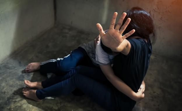אישה מגנה על ילד מאב מתעלל (אילוסטרציה: By Dafna A.meron, shutterstock)