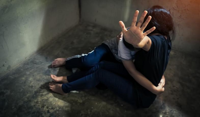 אישה מתחננת להפסקת אלימות, אילוסטרציה (אילוסטרציה: By Dafna A.meron, shutterstock)