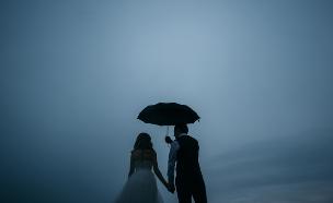 חתן וכלה בגשם (צילום: shutterstock | DmitryFomenko)