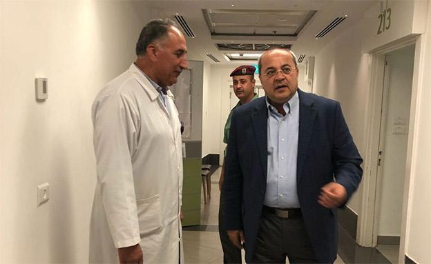 אחמד טיבי מבקר את אבו מאזן (צילום: חדשות 2)