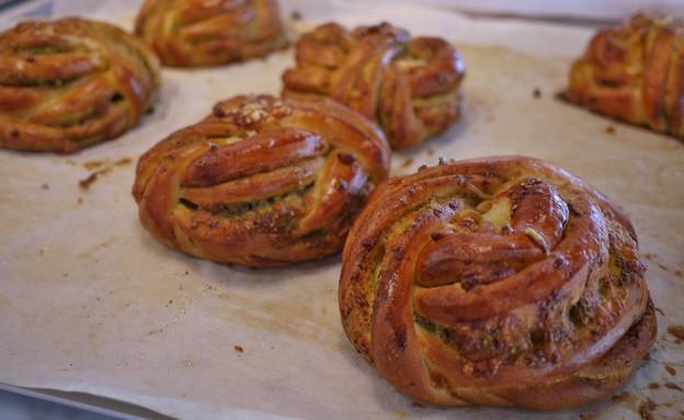 מאפה פסטו וגבינות, קונדיטוריית פיקה (צילום: גיל גוטקין, אוכל טוב)