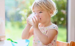 ילדה שותה חלב (צילום: CroMary, shutterstock)