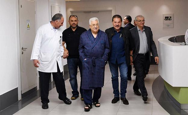 """""""סובל מדלקת ריאות"""". אבו מאזן בבית החולים (צילום: מתוך התקשורת הפלסטינית)"""