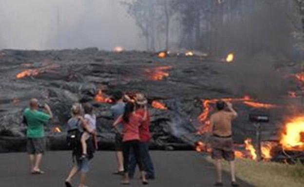 תושבי הוואי על סף נהר הלבה (צילום: sky news)
