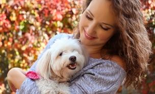 אישה עם כלב (צילום: kateafter | Shutterstock.com )