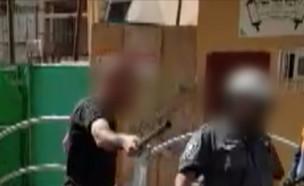 """מול המצלמות: אזרחים משפילים שוטרים (צילום: מתוך """"חי בלילה"""", שידורי קשת)"""