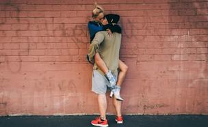 זוג מתנשק (אילוסטרציה: wesley quinn, unsplash)
