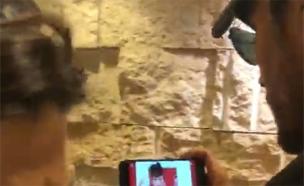 חוליו איגלסיאס צופה בקליפ של TOY (צילום: חדשות 2)