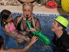 דורין סגול חוגגת במסיבת בריכה עם לבנה זוהרים