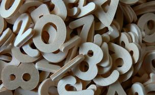 ספרות מעץ מפוזרות על שולחן (צילום: Laineys Repertoire)