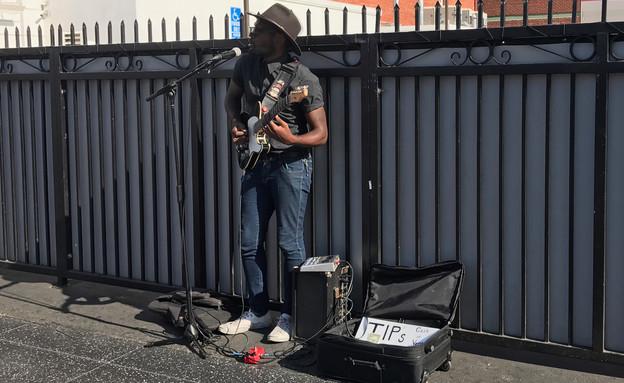 גבר צעיר מנגן ברחוב (צילום: Brian Sterling, shutterstock)