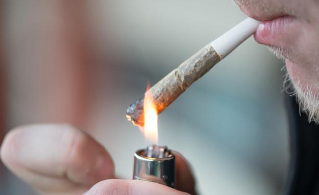 אדם מעשן ג'וינט מריחואנה (צילום: Pe3k, shutterstock)