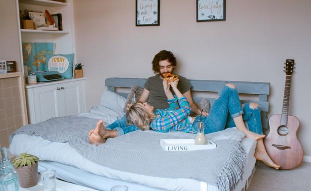 זוג במיטה (צילום: toa heftiba-unsplash)