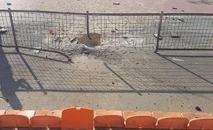 המגרש שנפגע מפגיעה ישירה בנתיבות (צילום: אביחי מרציאנו, רדיו דרום)