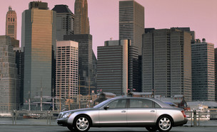 מכונית מייבאך על רקע ניו יורק (צילום: courtesy of DaimlerChrysler, GettyImages)
