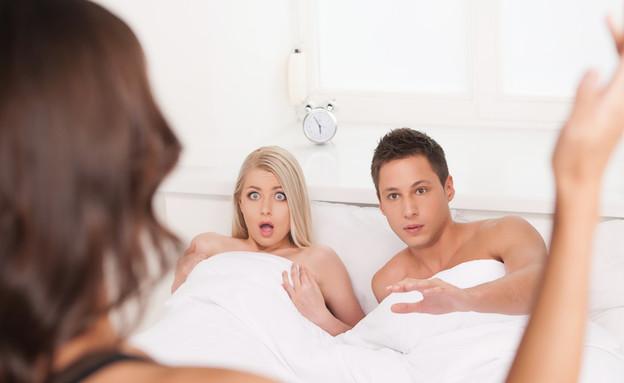 זוג נתפס במיטה  (צילום: BlueSkyImage, ShutterStock)