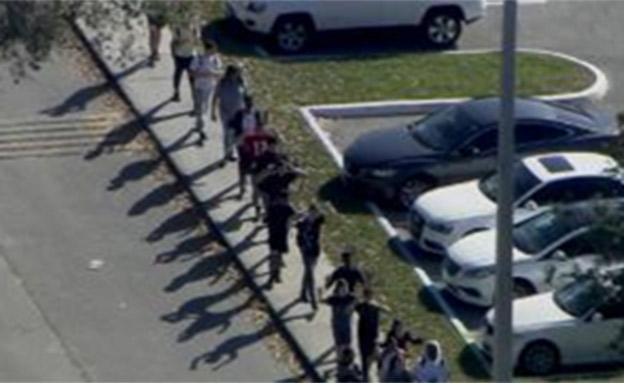 ילדים נמלטים מבית הספר (צילום: CNN)