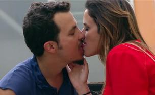 """הנשיקה של ציון פדלון ורעות בן יקר (תמונת AVI: מתוך """"כמה רחוק"""", קשת 12)"""