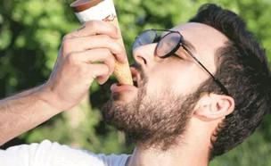 """אוכל גלידה (צילום: יח""""צ נסטלה)"""