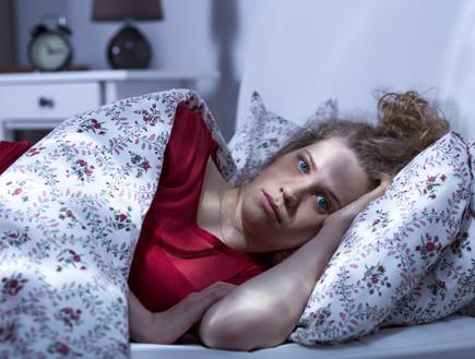 אישה לא נרדמת במיטה (צילום: Photographee.eu, shutterstock)