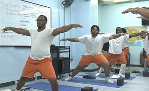 כך נראה אימון היוגה בכלא. צפו (צילום: cbs)