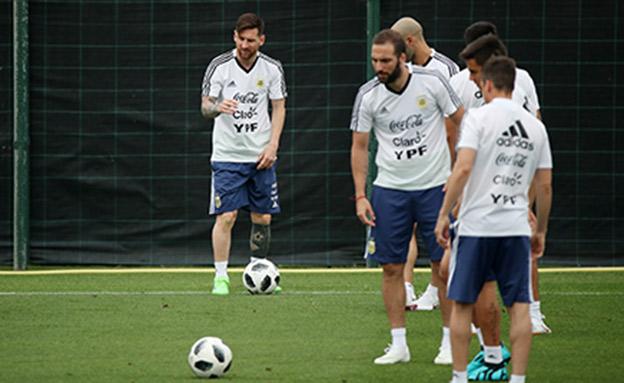 היגואין ומסי באימון נבחרת ארגנטינה (צילום: רויטרס)
