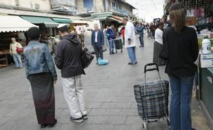 קונים בשוק מחנה יהודה בירושלים עומדים בצפירה ליום השואה (צילום: קובי גדעון, מרים אלסטר , פלאש 90)