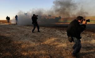 צלמים זרים מצלמים חיילים ישראליים (צילום: רויטרס)