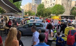 """רכב פגע ביושבי בית קפה בתל אביב (צילום: יששכר וייס - תיעוד מבצעי מד""""א)"""