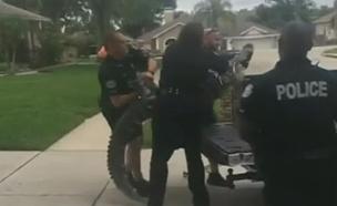 צפו: תנין סרב להתפנות והיכה את השוטר (צילום: SKYNews)