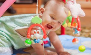 תינוק משחק (צילום: shutterstock By Capable97)