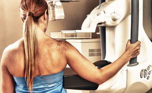 אישה לפני בדיקת ממוגרפיה (צילום: GagliardiImages, shutterstock)