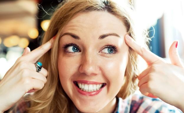 אישה חושבת חיובי (אילוסטרציה: Max4e Photo, shutterstock)