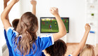 ילדים צופים בכדורגל בטלוויזיה (צילום: Syda Productions, shutterstock)