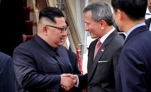 קים בפגישה עם ראש ממשלת סינגפור (צילום: עמוד הטוויטר של ויויאן בלקרישנאן, חדשות)