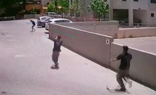 צפו בתיעוד ההשתלטות על החשוד (צילום: חדשות)
