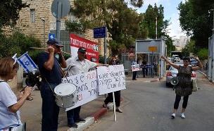 הפגנה מחוץ לביתו של ראש הממשלה (צילום: גדי אפריאט, החדשות)