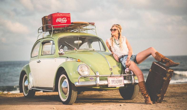 בחורה בטיול באוטו (צילום: amos bar zeev on unsplash)